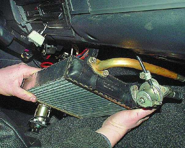 Demontazh povrezhdennogo radiatora pechki - Уходит вода из системы охлаждения двигателя